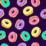 多福饼无缝的样式 桃红色多福饼和蓝色薄荷的多福饼与另外顶部在桃红色背景 免版税图库摄影