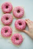 多福饼 甜糖粉食物 点心五颜六色的快餐 给上釉洒 从可口酥皮点心早餐面包店蛋糕的款待 面团 图库摄影