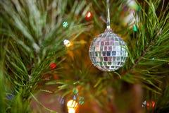 多种圣诞节在一个装饰的常青结构树戏弄 库存图片