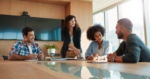 多种族企业队在会议期间在办公室 免版税库存图片