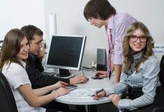 多种族企业队在办公室 免版税图库摄影