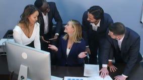 多种族企业队toogetherness幸福在办公室 股票视频