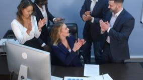 多种族企业队toogetherness幸福在办公室 免版税库存图片
