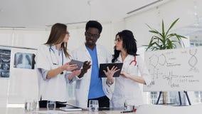 多种族医学专家队谈论血液分析患者的结果在会议室  股票录像