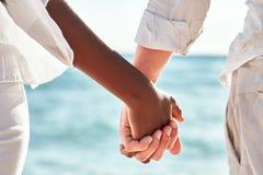 多种族夫妇手 免版税库存照片