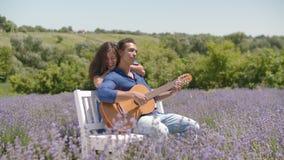 多种族夫妇演奏吉他演唱的ootdoors 股票视频