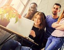 多种族学生在屋子里 免版税库存照片