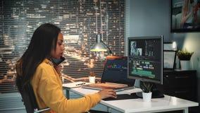 多种族录影和声音编辑程序讲话与某人由智能手机 影视素材
