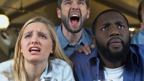 多种族朋友失望关于喜爱的体育队承认的惩罚 影视素材