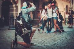 多种族朋友游人在一个老城市 库存照片