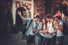 多种族朋友游人在一个老城市 免版税库存图片