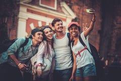 多种族朋友游人在一个老城市 库存图片