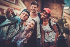 多种族朋友游人在一个老城市 免版税库存照片
