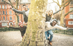 多种族花梢朋友获得乐趣户外在城市公园 免版税库存图片
