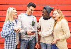 多种族行家最好的朋友一起编组获得乐趣 免版税库存照片