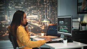 多种族讲话与某人由智能手机和登上录影的录影和声音编辑程序 股票录像