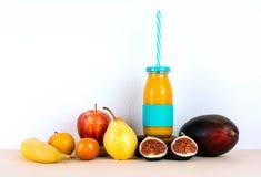 多种维生素汁液用有机季节性果子 免版税库存图片
