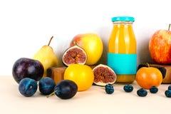多种维生素汁液用有机季节性果子 免版税库存照片