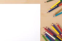 多种颜色在木纹理桌上书写 图库摄影