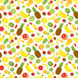 多种维生素无缝的背景用整个菠萝、新绿色猕猴桃切片、草莓、柑橘水果和香蕉 向量例证