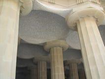 多立克体专栏和马赛克天花板在公园Grà ¼侧房在Barcelons,西班牙 免版税图库摄影