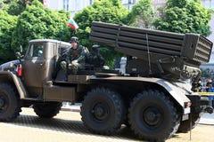 多管火箭炮军事硬件游行的系统BM-21毕业 库存图片