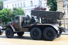多管火箭炮军事硬件游行的系统BM-21毕业 免版税库存照片