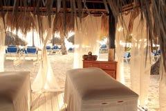 多米尼加作在海滩的温泉 免版税库存图片