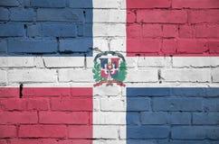 多米尼加共和国旗子被绘在一个老砖墙上 向量例证