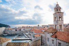多米尼加共和国的修道院的塔有城市和海视图在杜布罗夫尼克,克罗地亚 免版税图库摄影