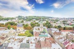 多米尼加共和国的大教堂、假定教会和利沃夫州,乌克兰的历史的中心的美丽的景色 免版税图库摄影