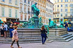 多纳喷泉的游人在Neuer Markt广场在维也纳 库存照片