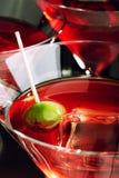 多维数据集玻璃冰马蒂尼鸡尾酒橄榄 库存照片