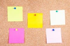 多色关于黄柏板的提示稠粘的笔记 免版税库存图片