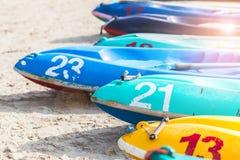 多色划艇或海在与拷贝空间的海滩划皮船 免版税库存照片