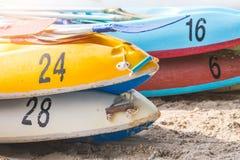 多色划艇或海在与拷贝空间的海滩划皮船 库存照片