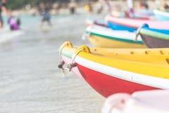 多色划艇或海在与拷贝空间的海滩划皮船 库存图片