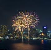 多色烟花夜场面,与芭达亚都市风景的特写镜头 免版税库存照片