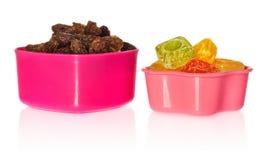 多色的厨房铸造用葡萄干和糖果 箱子被关闭以心脏和星的形式 免版税图库摄影