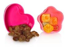 多色的厨房铸造用葡萄干和糖果 箱子被关闭以心脏和星的形式 免版税库存图片