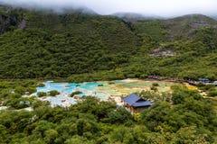 多色的池塘在黄龙国家公园,四川,中国 库存照片