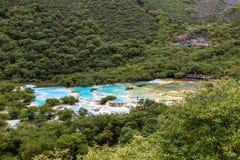 多色的池塘在黄龙国家公园,四川,中国 免版税库存照片