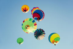 多色的热空气在晴朗的蓝天迅速增加 库存照片