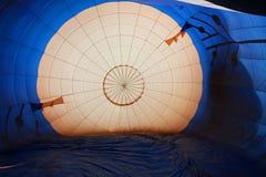 多色的热空气气球视图从里边 库存图片