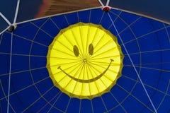 多色的热空气气球视图从里边 免版税库存图片