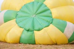 多色的热空气气球视图从里边 库存照片