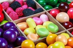 多色的糖果和口香糖在一个木箱 免版税库存照片