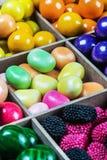 多色的糖果和口香糖在一个木箱 库存图片