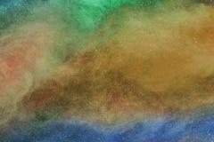 多色粉末、薄雾、烟或者雾是在空气充分的空间的飞行传播 免版税库存照片
