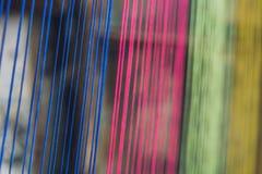 多色螺纹丝绸从被编织的丝绸工艺品的自然颜色材料洗染 免版税库存图片